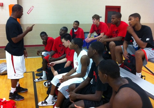 CHRIS PAUL TALKS WITH THE TEAM